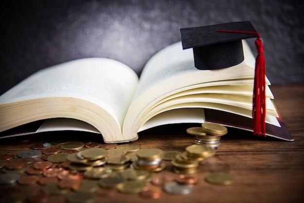 Bolsa para o conceito de educação com moedas de dinheiro na madeira com chapéu de formatura em um livro aberto