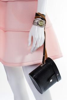 Bolsa retrô na mão do manequim. manequim feminino com bolsa vintage. acessórios retro para mulheres. bolsa vintage em couro preto.