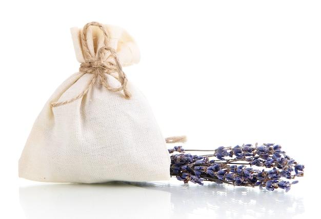 Bolsa sachê de tecido com flores de lavanda secas isoladas na superfície branca