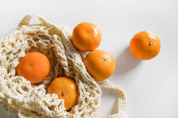 Bolsa vista de cima com arranjo de laranjas