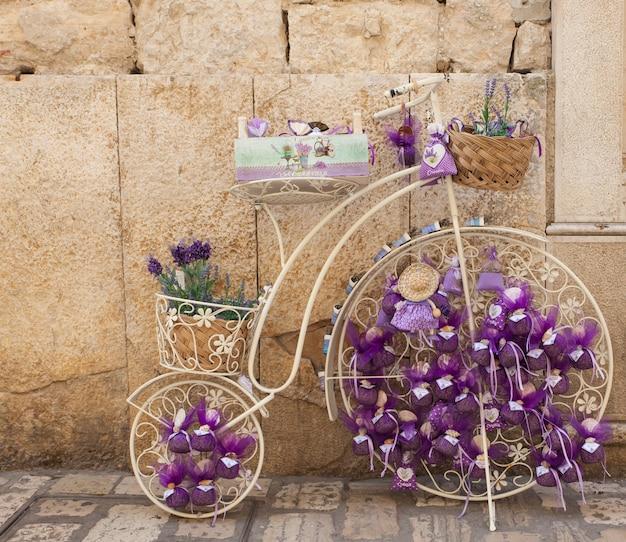 Bolsas com lavanda na bicicleta