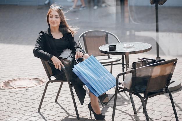Bolsas senhora vestido moderno feliz