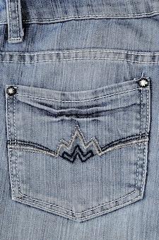 Bolso jeans com rebites, close-up