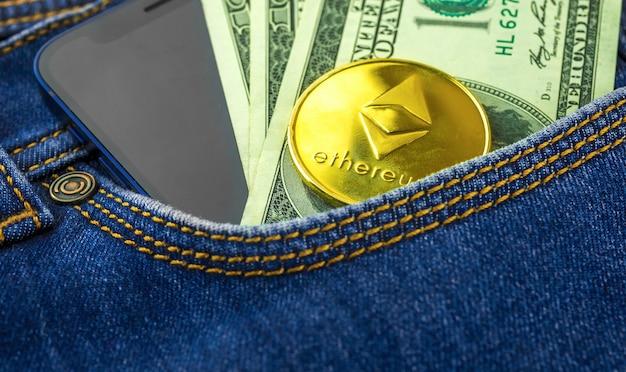Bolso para moedas ethereum de jeans azul, conceito de negociação e investimento com criptomoeda, foto de negócios e finanças