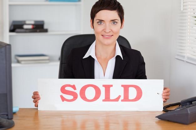 Bom agente imobiliário com um painel vendido