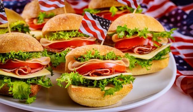 Bom aperitivo sanduíches em branco com bandeira.