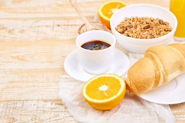 Bom dia. café da manhã continental em madeira de origem.