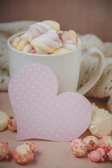 Bom dia com chocolate quente na mesa de madeira