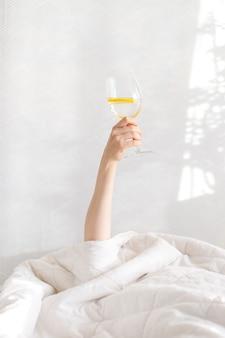 Bom dia copo de água com limão café da manhã na cama