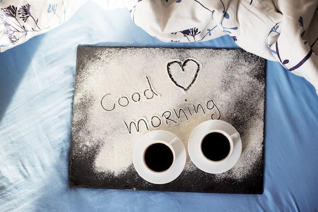 Bom dia inscrição farinha em uma placa com xícaras de café