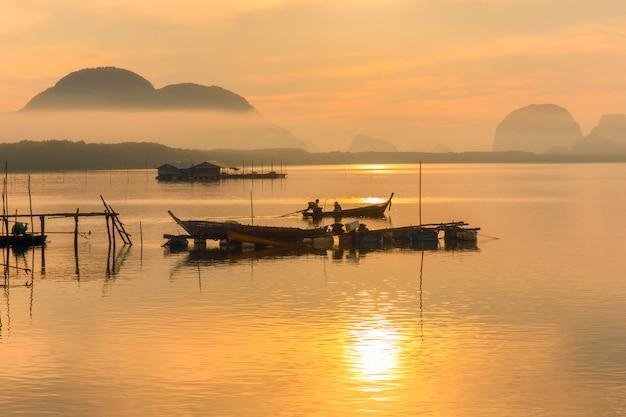 Bom dia vila de pescadores e nascer do sol em sam chong-tai, phang nga, tailândia