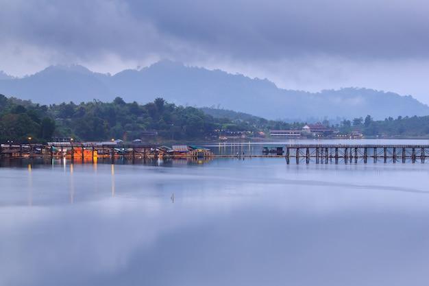 Bom dia, vila flutuante e ponte velha em sangkhlaburi, kanchanaburi, tailândia
