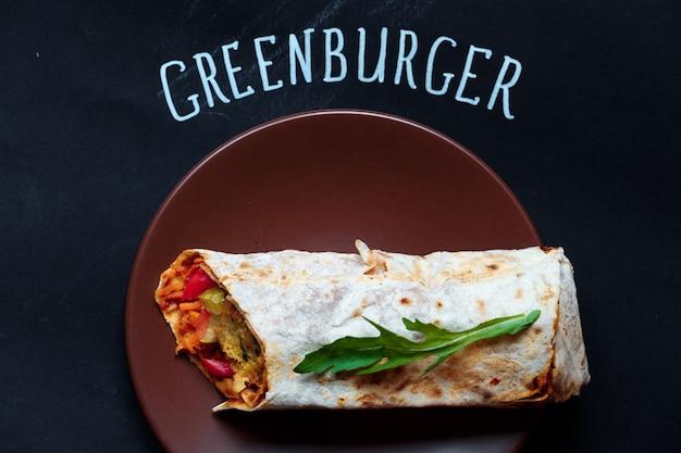 Bom e pronto para comer shaurma ou sanduíche com tomates cortados ao meio nas proximidades, topview greenburger