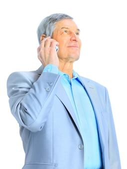 Bom homem de negócios com a idade de falar ao telefone. isolado em um fundo branco.