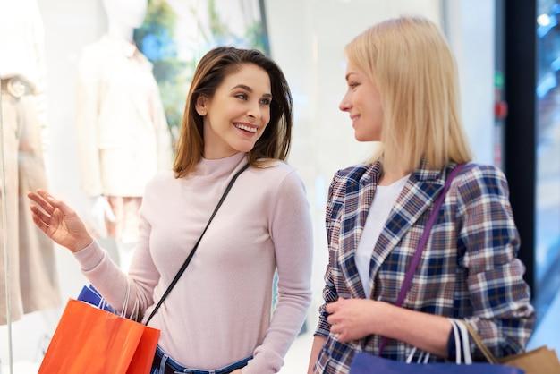 Bom humor de duas garotas durante grandes compras