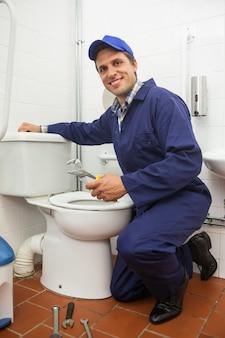 Bom olhando encanador reparando banheiro