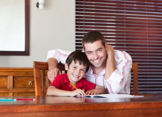 Bom pai ajudando seu filho a fazer a lição de casa