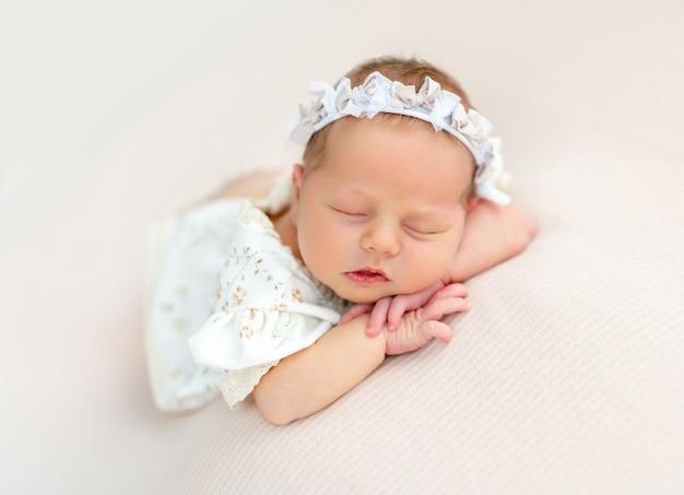 Bom recém-nascido descansando no estômago