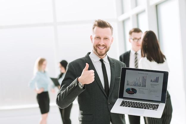 Bom resultado. empresário com laptop aparecendo polegar