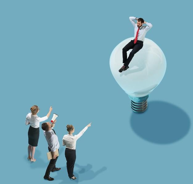 Bom trabalho, equipe. visão de alto ângulo do escritório moderno e criativo em grandes coisas de fundo azul