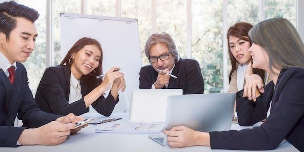 Bom trabalho! gerente e businessteam alegre empresários