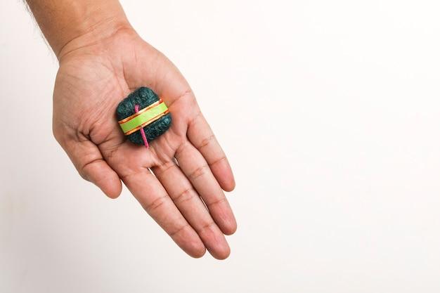 Bomba artesanal de diwali em mãos,