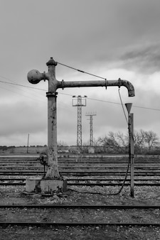 Bomba de água entre trilhos de trem
