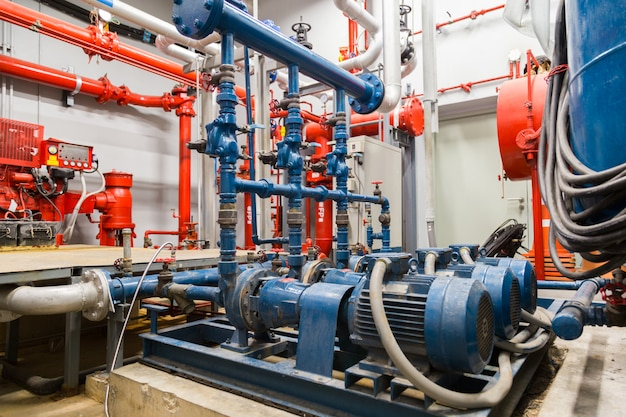 Bomba de água industrial e tubulações de água.