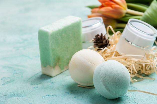 Bomba de banho verde e sabão com produtos spa