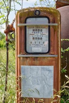 Bomba de gasolina abandonada velha