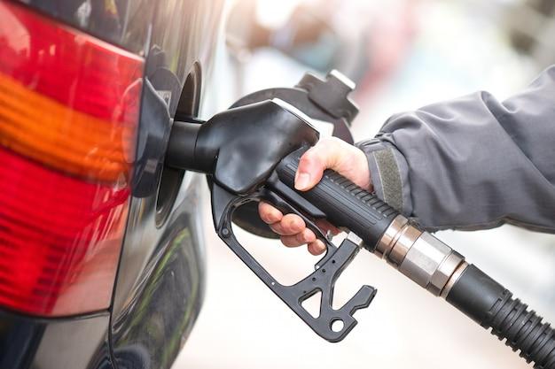 Bomba de gasolina durante o fornecimento a um carro