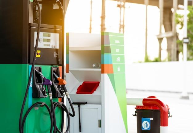 Bomba de gasolina que enche o bico de combustível no posto de gasolina. máquina dispensadora de combustível.