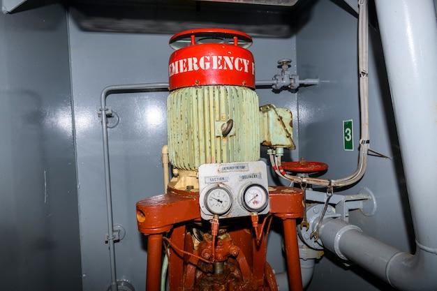 Bomba de incêndio de emergência. motor marinho. equipamento de segurança.