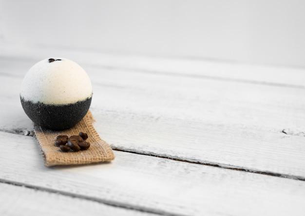 Bombas de banho com grãos de café sobre um fundo de madeira