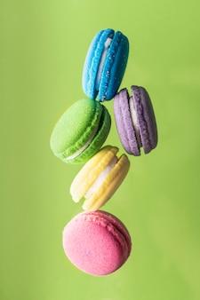 Bombas de banho de tratamento de spa na forma de bolos coloridos com óleos aromáticos brilhantes e cores delicadas