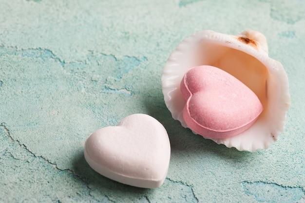 Bombas de banho em forma de coração rosa