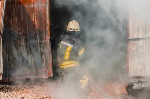 Bombeiro apaga fogo. o conceito de salvar as pessoas em um incêndio