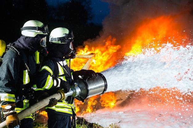 Bombeiro, bombeiros extinguindo um grande incêndio