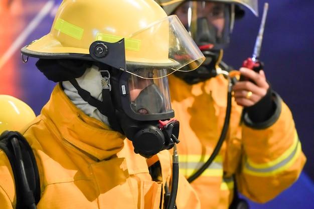 Bombeiro de plantão com seu uniforme amarelo.