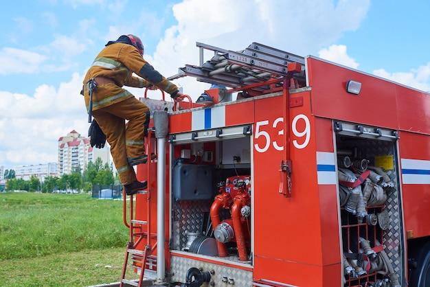 Bombeiro descendo o caminhão de bombeiros na escada