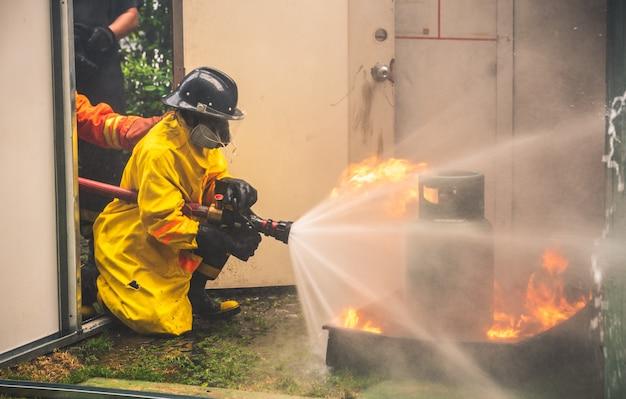 Bombeiro, em, luta fogo, e, evacuação fogo, treina broca, para, segurança, em, condomínio