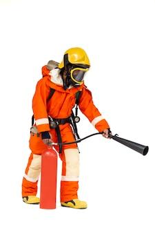 Bombeiro em pé usando máscara protetora