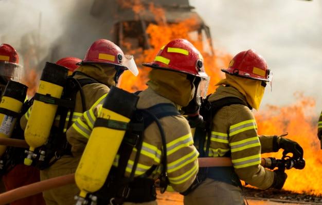 Bombeiro fazendo trabalho em equipe pratice contra fogo