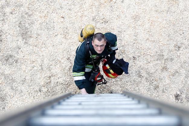 Bombeiro vai subir as escadas bombeiro de trabalho