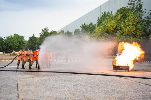 Bombeiros atacam fogo durante um exercício de treinamento.