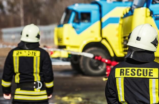 Bombeiros combatendo fogo durante o treinamento
