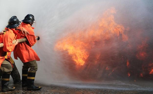 Bombeiros combatendo fogo