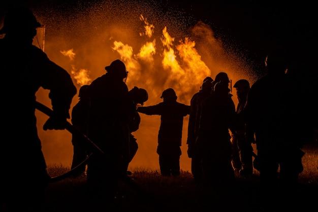 Bombeiros e treinamento de resgate.