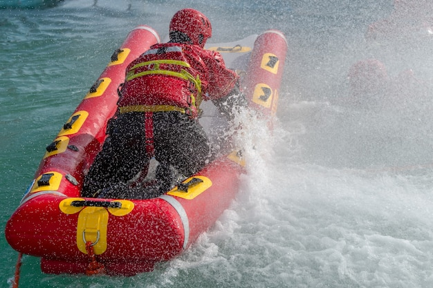 Bombeiros em exercício de resgate aquático, utilizando canoa e roupas especiais. vista aérea do drone