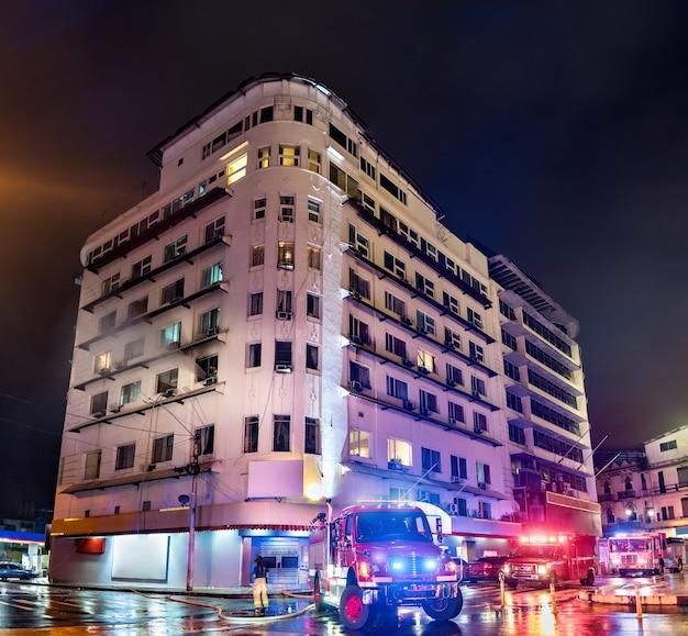 Bombeiros em um prédio em chamas na cidade do panamá, américa latina Foto Premium
